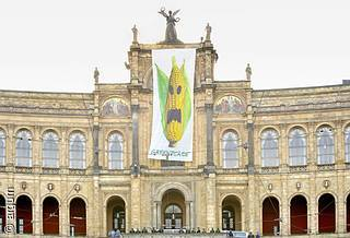 Gen-Mais-Banner am Maximilianeum